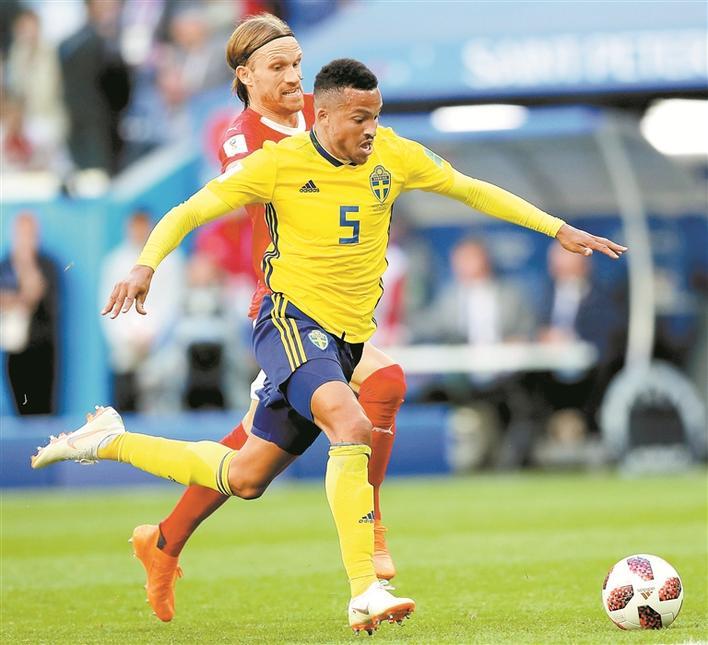 深圳都市报讯 (记者 安康)昨晚双瑞之战在圣彼得堡球场上演,作为两支实力、风格基本一致的队伍,赛前大家普遍认为两支队伍很有可能点球大战决胜负。关键时刻,曾淘汰了意大利、荷兰的瑞典队技高一筹,北欧海盗以1比0击败瑞士军刀,成为第7支晋级8强的队伍,瑞典时隔24年再次杀进世界杯8强。 本场比赛对于瑞典足球有着重要的意义,是他们参加世界杯正赛阶段的第50场比赛。作为北欧足球的旗帜,此番出征俄罗斯是瑞典足球第12次征战世界杯决赛圈赛事。在此前的11次参赛中,瑞典队取得了16胜13平17负的战绩,最好成绩