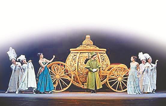 深圳都市报讯(记者 王周梦昱)每个女孩都有个灰姑娘的梦,今晚起至7月22日,由七幕人生和保利演出有限公司联合出品的中文版音乐剧《灰姑娘》将在深圳连演10场。 中文版《灰姑娘》会在华丽的宫廷舞会中拉开序幕。热闹的街市、浪漫的星空等场景,通过华丽的舞台设计一一向观众呈现,场景之间无缝切换,会令你目不暇接。在仙女教母的魔法下,南瓜变马车、灰姑娘一键变装,飞行扫把、悬空茶壶等神奇的特效会让孩子们感到惊艳。据悉,中文版《灰姑娘》的特效设计由拥有36年魔术行业从业经验的比利时设计师Luc Poppe操刀,他也是席琳迪