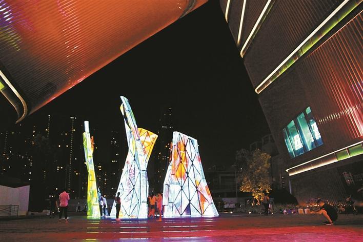红立方玻璃雕塑光彩夺目.