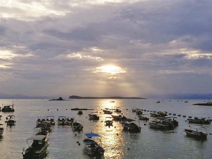 """天气依旧不稳定,不少本地渔船""""异地休渔""""未归,在全市渔船最多的大鹏"""